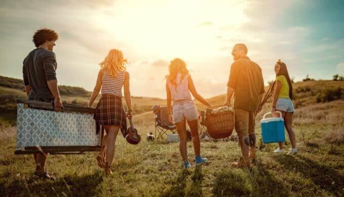 夏フェス持ち物と服装リスト。必需品と便利品をそれぞれ紹介。泊まり・雨・寒さ(暑さ)に備えよう